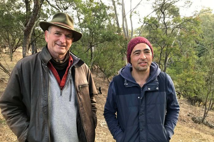 PHOTO: Fire ecologist David Bowman is working with Andry Sculthorpe from the Tasmanian Aboriginal Centre. (ABC News: Rhiannon Shine)